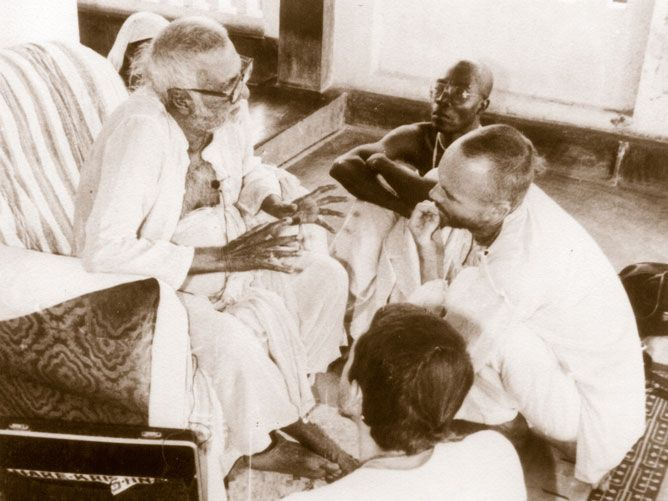 Srila-Sridhar-Maharaj-speaking-to-devotees