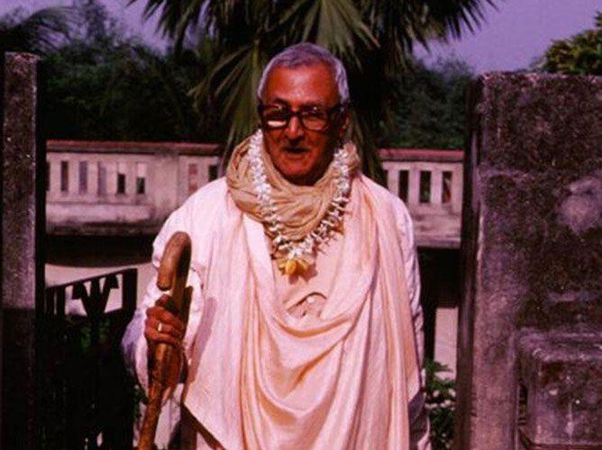 Srila-Sridhar-Maharaj-Walking-Forward