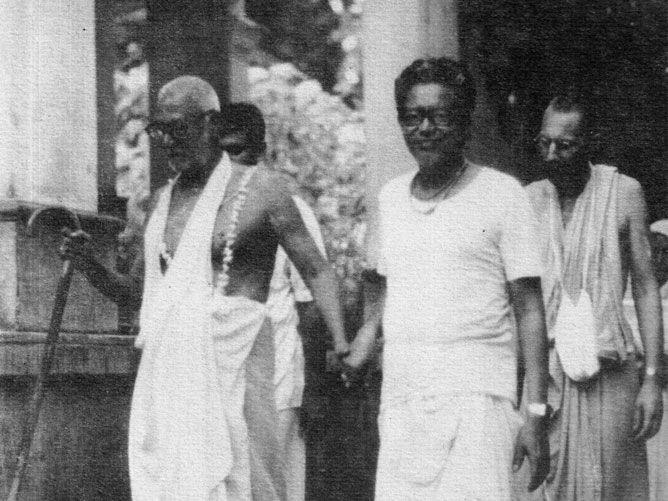 Srila-Sridhar-Maharaj-and-Srila-Govinda-Maharaj-Walking