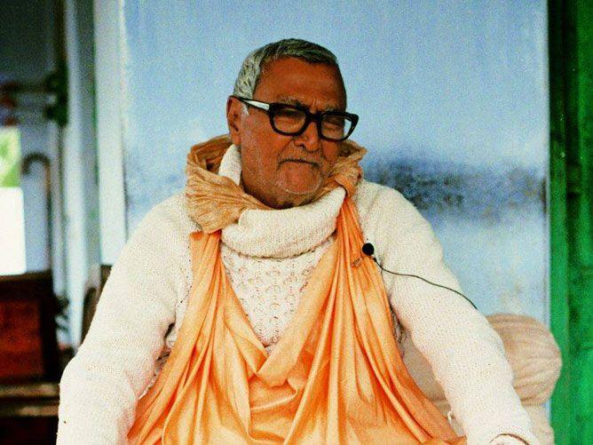 Srila-Sridhar-Maharaj-seated-with-japa