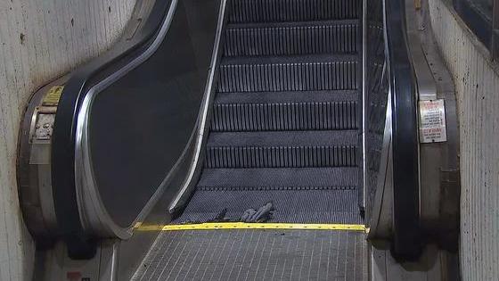 Un hombre que sube por una escalera mecánica que baja muere al caer en Estación de Amtrak