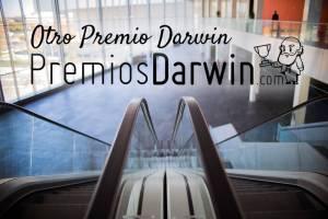 Último premio Darwin de 2018: cayendo por unas escaleras mecánicas