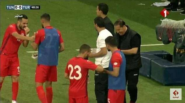 Tunisia goalkeeper 'fakes' injury during World Cup warm-up so his team-mates can break Ramadan fast (Photos/Video) 1