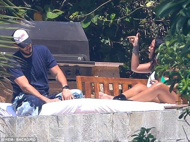 Rihanna pictured having a very tense exchange with ex-Billionaire boyfriend Hassan Jameel while vacationing in Mexico (Photos) 6