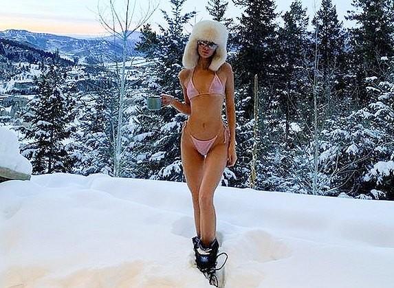 Kendall Jenner strips down to her bikini in the snow during Aspen ski getaway (photos)