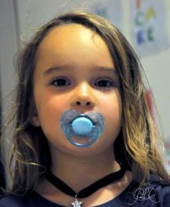 Titechérie avec sa tétine bleue