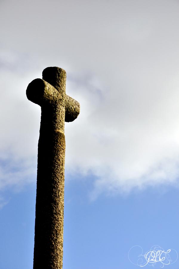 Prendre le temps - Voyage à Granville (Normandie) - Croix sur le parvis de l'église Notre-Dame du Cap Lihou