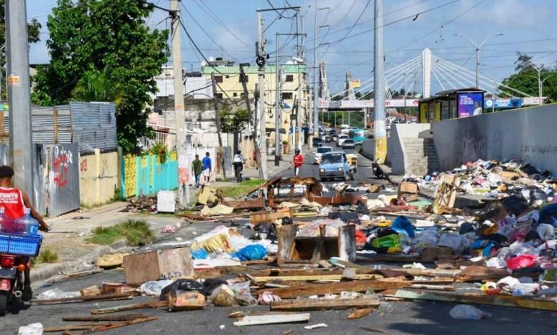 Basura acumulada en una calle de Santo Domingo Este