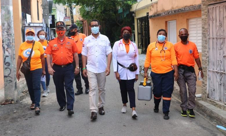 Al centro, con camisa clara, Juan Salas, Director de la Defensa Civil