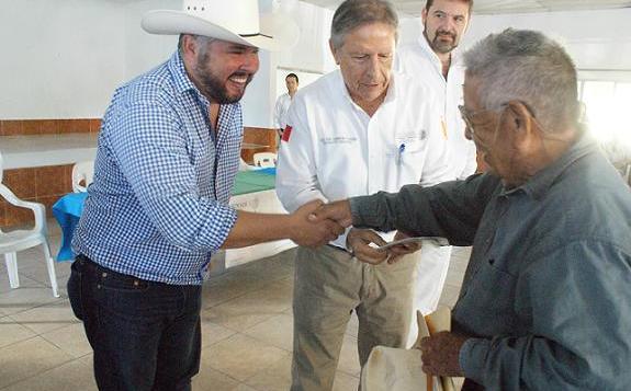 Carlos Cardenas sigue con la entrega de apoyos de 65 y mas