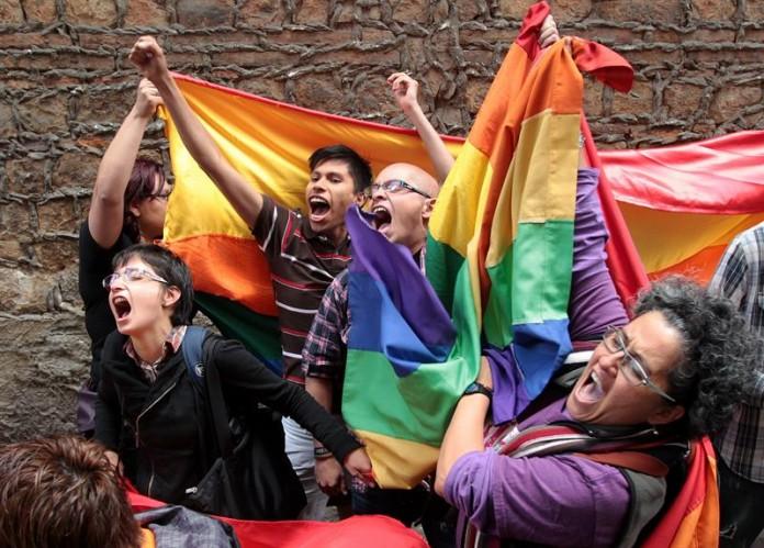 Pidamos perdón....¡somos heterosexuales! Por Gabriela Caponetto