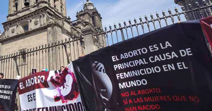 Denuncian que arrestaron a providas que defendían Catedral de México en marcha feminista