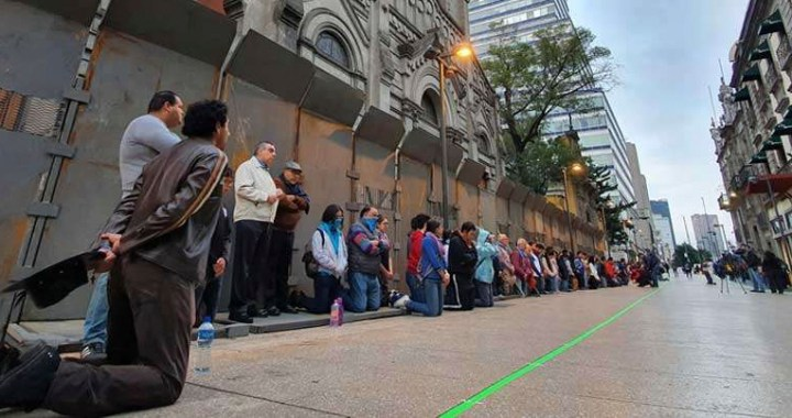 Cardenal mexicano: Rezar el Rosario afuera de iglesias sería provocación para feministas
