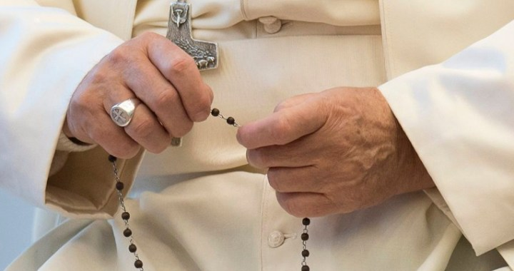 San José: Francisco llama a rezar el Rosario a las 21 horas