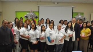 El grupo recibió equipos relacionados con sus microempresas | Delia Lozada, residente de San Fernando, compartió con el secretario, Lcdo. Rubén Ríos Pagán. (Foto / Suministrada)