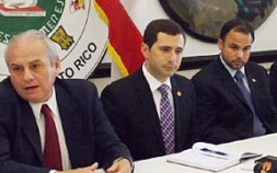 José Nadal Power, Presidente de la Comisión de Hacienda y Finanzas Públicas, (Centro) junto a líderes empresariales en el Capitolio. (Foto/Suministrada)