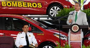 El jefe del Cuerpo de Bomberos, Ángel A. Crespo Ortiz, junto al gobernador, Alejandro García Padilla. (Foto/Suministrada)