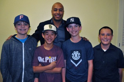 Major League Baseball player Vernon Wells takes a photograph will local little leaguers at last year's Hot Stove Banquet in Santa Barbara. (Presidio Sports Photo)
