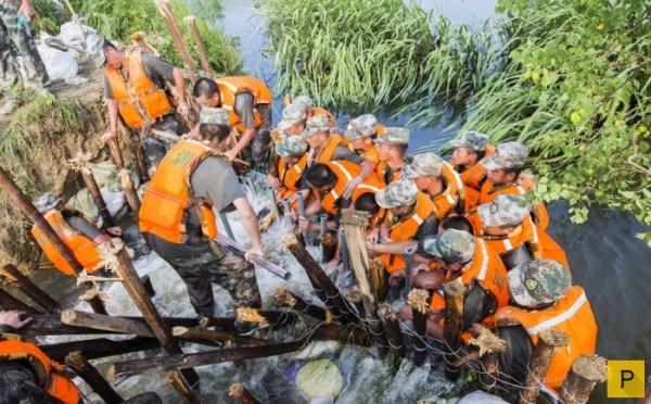 На юго-востоке Китая солдаты сделали плотину из своих тел ...