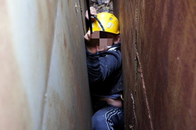 Уфимские спасатели освободили застрявшего между гаражами ребенка