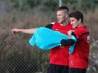 Paul Verhaegh (FC Augsburg #2) im Gespräch mit Landsmann und Neuzugang Jeffrey Gouweleeuw (FC Augsburg #6),