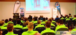 2016-02-01-FCA-HwK-–-04 Nachwuchsspieler des FC Augsburg informieren sich über Handwerksberufe Augsburg-Stadt Bildergalerien FC Augsburg News Sport Wirtschaft FC Augsburg FCA Handwerkskammer für Schwaben (HWK) |Presse Augsburg