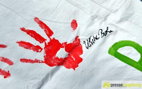 2017-03-17-Red-Hand-Day-–-12 Kinder sind keine Soldaten!   Schüler der Schillerschule und der Hans-Adlhoch-Schule setzen sich für Frieden ein Augsburg Stadt News Politik Hans-Adlhoch-Schule Red-Hand-Day Schillerschule Ulrike Bahr  Presse Augsburg