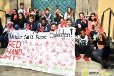 2017-03-17-Red-Hand-Day-–-27 Kinder sind keine Soldaten!   Schüler der Schillerschule und der Hans-Adlhoch-Schule setzen sich für Frieden ein Augsburg Stadt News Politik Hans-Adlhoch-Schule Red-Hand-Day Schillerschule Ulrike Bahr  Presse Augsburg