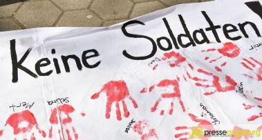2017-03-17-Red-Hand-Day-–-30 Kinder sind keine Soldaten!   Schüler der Schillerschule und der Hans-Adlhoch-Schule setzen sich für Frieden ein Augsburg Stadt News Politik Hans-Adlhoch-Schule Red-Hand-Day Schillerschule Ulrike Bahr  Presse Augsburg