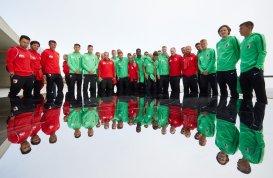 die Mannschaft des FC Augsburg am James-Bond-Museum auf dem Gaislachkogel, FC Augsburg in Sölden, Gaislachkogel, James-Bond-Museum, 007 ELEMENTS, FC Augsburg, Trainingslager Längenfeld, Tirol, Saison 2018-2019, 02.08.2018