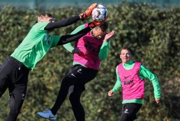 Benjamin Leneis (Torwart FC Augsburg) fängt den Ball vor Julian Schieber (FC Augsburg #20), Romario Rösch (FC Augsburg #29), FC Augsburg, Trainingslager Alicante 2019, La Finca Golf Resort, Trainingsgelände;