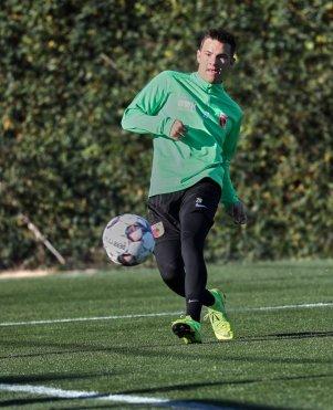 Romario Rösch (FC Augsburg #29), Torschuß, FC Augsburg, Trainingslager Alicante 2019, La Finca Golf Resort, Trainingsgelände;
