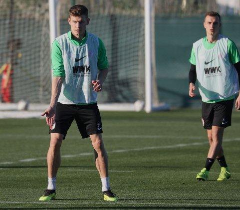 Alfred Finnbogason (FC Augsburg #27) fordert den Ball, FC Augsburg, Trainingslager Alicante 2019, La Finca Golf Resort, Trainingsgelände;