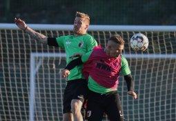 Kopfballduell zwischen Andre Hahn (FC Augsburg #28) und Jonathan Schmid (FC Augsburg #17, re.); FC Augsburg, Trainingslager Alicante 2019, La Finca Golf Resort, Trainingsgelände;