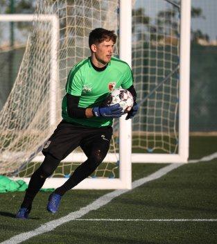Gregor Kobel (Torhüter FC Augsburg) mit Ball in der Hand; FC Augsburg, Trainingslager Alicante 2019, La Finca Golf Resort, Trainingsgelände;