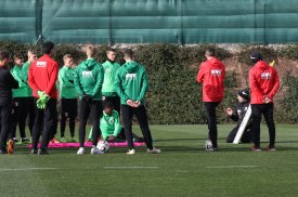 Manuel Baum (Trainer FC Augsburg) gibt Anweisungen an der Taktik-Tafel, FC Augsburg, Trainingslager Alicante 2019, La Finca Golf Resort, Trainingsgelände;