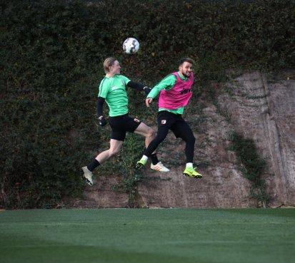 Kopfballduell zwischen Fredrik Jensen (FC Augsburg #24) und Simon Asta (FC Augsburg #26, re.); FC Augsburg, Trainingslager Alicante 2019, La Finca Golf Resort, Trainingsgelände;
