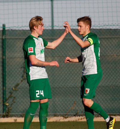handshake nach dem 3:0 durch Alfred Finnbogason (FC Augsburg #27), mit Fredrik Jensen (FC Augsburg #24) Testspiel FC Augsburg - Royal Antwerpen; FC Augsburg, Trainingslager Alicante 2019, La Finca Golf Resort, Trainingsgelände;