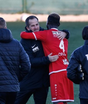 Manuel Baum (Trainer FC Augsburg) umarmt den Ex-Augsburger Daniel Opare nach dem Spiel, nach Spielschluss, Testspiel FC Augsburg - Royal Antwerpen; FC Augsburg, Trainingslager Alicante 2019, La Finca Golf Resort, Trainingsgelände;