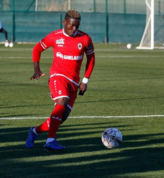 Daniel Opare (Royal Antwerpen) spielt den Ball, Testspiel FC Augsburg - Royal Antwerpen; FC Augsburg, Trainingslager Alicante 2019, La Finca Golf Resort, Trainingsgelände;