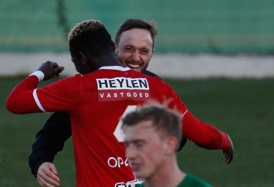 Daniel Opare umarmt Martin Miller (Physiotherapeut FC Augsburg) nach dem Spiel; Testspiel FC Augsburg - Royal Antwerpen; FC Augsburg, Trainingslager Alicante 2019, La Finca Golf Resort, Trainingsgelände;