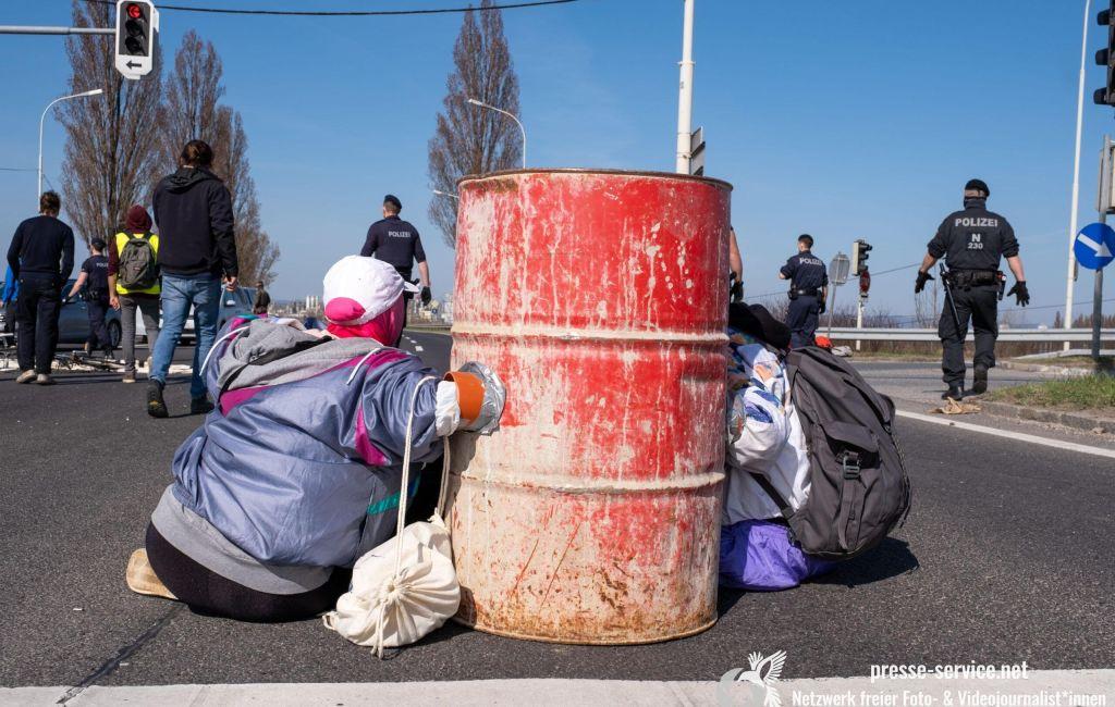 Schwechat: Blockade gegen Abschiebungen (30.03.2021)
