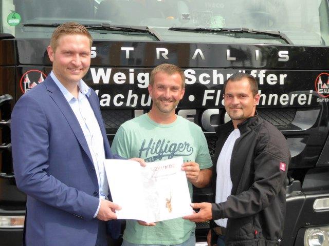 Kuratoriumsvorsitzender Wewezow überreicht Urkunde an Geschäftsführer und Dachdeckermeister Johannes Weigel und Sebastian Weigel