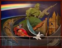 De Profetische Muurschildering 'Nazi met gasmasker dood vredesduif'