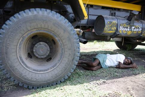 An Indian man rests under a transport vehicle on the outskirts of Hyderabad on May 25, 2015. More than 430 people have died in two Indian states from a days-long heatwave that has seen temperatures nudging 50 degrees Celsius (122 degrees Fahrenheit), officials said May 25. Officials warned the toll was almost certain to rise, with figures still being collected in some parts of the hard-hit Telangana state in the south of the country, and with no end in sight to the searing conditions. AFPHOTO/ Noah SEELAM