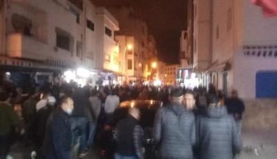 """فيديو مثير.. جريدة تهاجم """"محتجي المضيق"""" المطالبين بـ""""التراويح"""" وتصفهم بالدواعش!"""