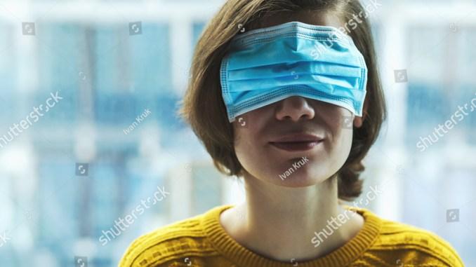 Жена с медицинска маска на очите. Паника, страх или дезинформация - кое е повече в говоренето за коронавируса?