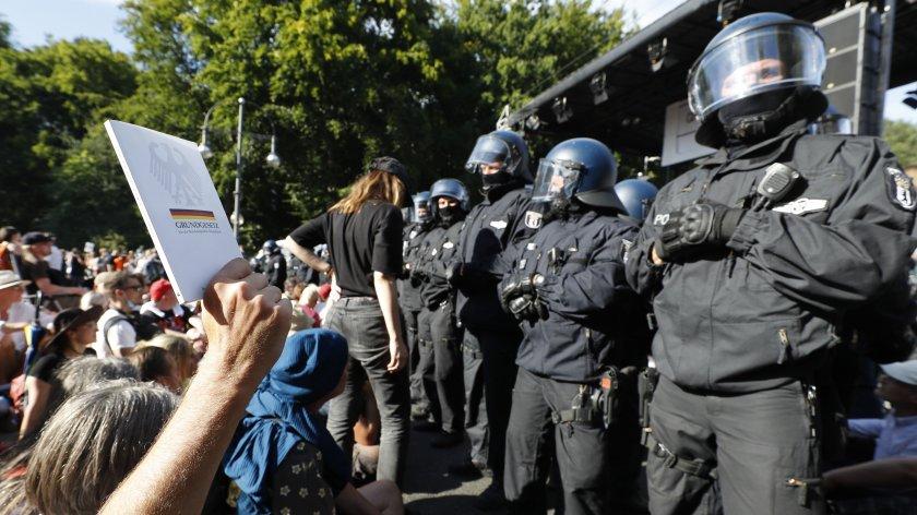 Снимка от протеста на 02 септември в София. Устройството, птиличащо на микрофон върху униформата на полицаите е телесна камера.