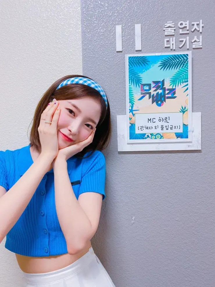 Arin of OH MY GIRL, Expressed Her Feelings as the First MC of 'Music Bank'