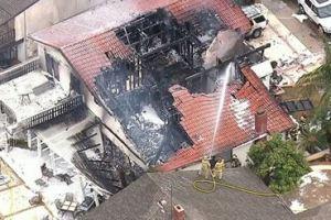 0204 02 1 - 小型機 住宅に墜落 写真あり 2人死亡 米ロサンゼルス